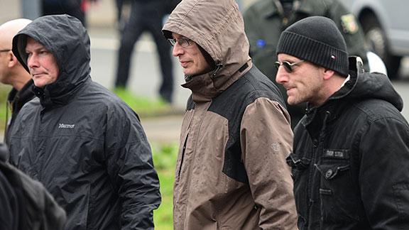 Organisatoren des Ordnerdienstes beim Nazi-Aufmarsch in Dortmund (März 2015), von links nach rechts: Nils Larisch (Leipzig), Henrik Ostendorf, Tim Gundermann (beide Bremen)