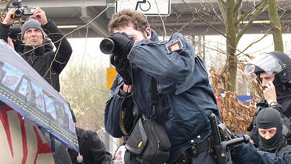 Oben links: Oliver Meier beim Filmen der Antifa-Kundgebung in Kirchweyhe (März 2014)