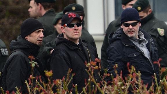 Michael Hampe (rechts) mit anderen Bremer Nazis beim Aufmarsch am 28. März in Dortmund (links Andreas Hackmann)