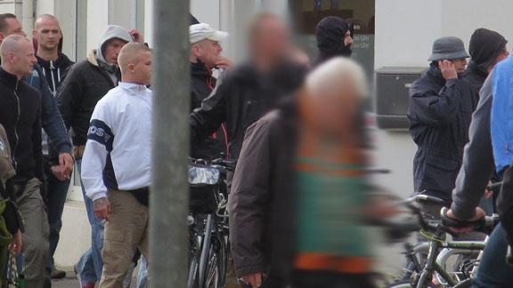 In Bremen im Sommer 2015: Nazihools verfolgen Werder-Ultras: am linken Bildrand Felix Stolte, von diesem verdeckt dahinter Jörn Grams, Hannes Ostendorf (helles Basecap), Henrik Ostendorf (telefoniert), Andre Sagemann (rechter Bildrand mit Kapuze)