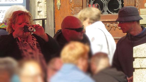 """Vormittags auf dem Domshof: Bremer Mitveranstalter des """"Tag der deutschen Patrioten"""": links mit Kamera Michaela Jagemann, rechts Henrik Ostendorf"""