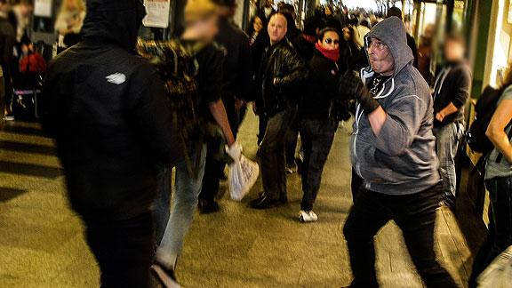 Im Bremer Bahnhof: Nazis attackieren Linke, rechts mit Handschuhen und grauer Kapuze Stefan Boswinkel (Zeven), im Hintergrund Sven Reichert