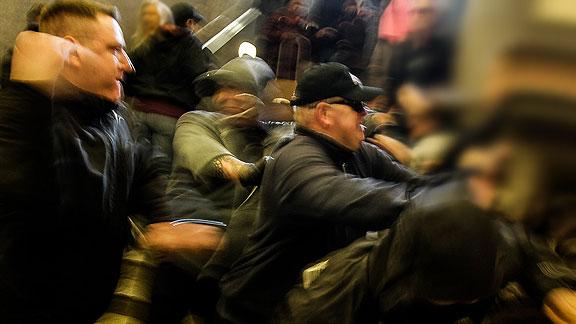 """In der Mitte mit Basecap: Nazi von """"Die Rechte Bremen"""""""