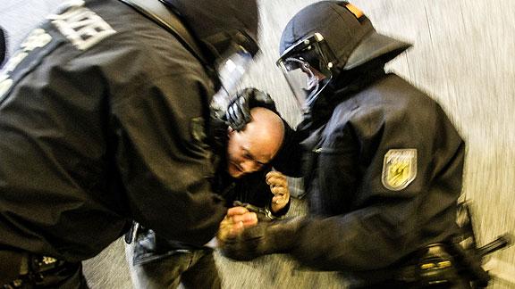 Nach dem Angriff: Sven Reichert wird festgenommen