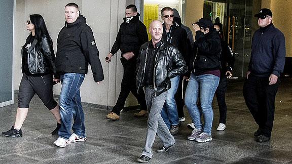 """Schau mal her: Die gleiche Person (rechter Bildrand, auch mit Sonnenbrille) inmitten der Angreifergruppe im Bremer Hauptbahnhof (siehe <a href=""""https://antifa-bremen.org/was-ging-ab/2015/tag-der-patridioten/"""">""""Tag der deutschen Patrioten"""" 2015</a>)"""