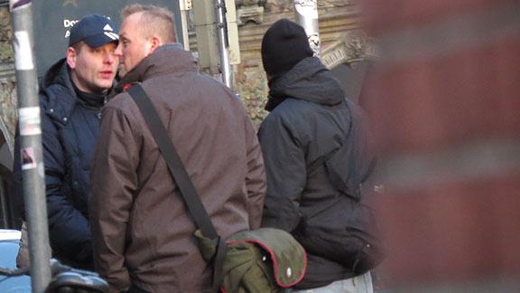 """Nazis beim Prozessauftakt an der Domsheide, von links nach rechts: Mirco Unger (Bremen), Andreas Ritzmann (Schwanewede) mit """"Crumpler""""-Fototasche, Andreas Hackmann (Bremen)"""