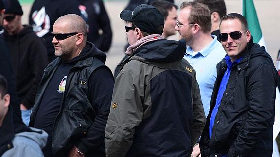 Bremer GSD-Nazis beim Aufmarsch in Erfurt (Mai 2015), von links nach rechts: unbekannt, Alexander Greinke (Rücken zur Kamera), Andreas Ritzmann (hellblaues Hemd), Mirco Unger (blaues Hemd)