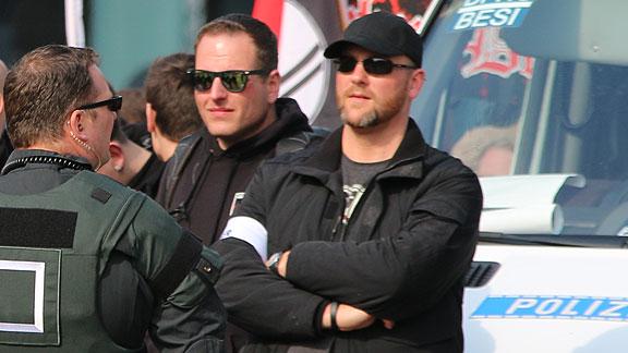 Mirco Unger und Andreas Ritzmann mit Ordnerbinden beim GSD-Aufmarsch in Magdeburg (9. April 2016)