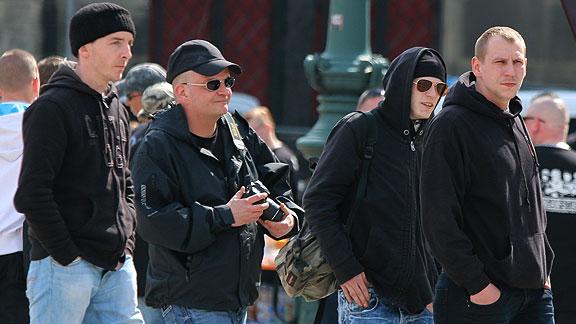 Drewitz mit Kamera auf Anti-Antifa-Mission (GSD-Aufmarsch in Magdeburg, April 2016)