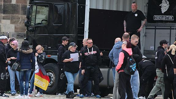 Michaela Jagemann (blond, mit Käppi) hält das Heft in der Hand, oben auf dem Lkw Marcel Kuschela die Hose fest