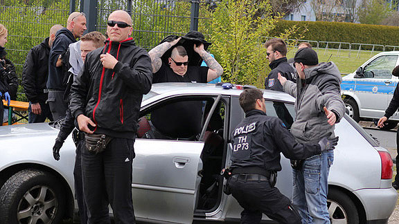 Bremer Nazis von Gemeinsam-Stark Deutschland (GSD): vorne links Markus Mannshusen, hinten unter Jacke: Marcel Kuschela, vorne rechts entfaltet sich Patrick Büttner