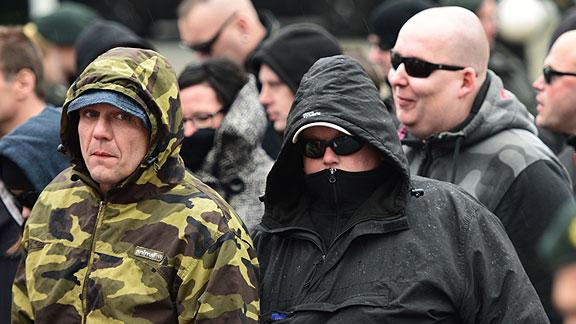 Simon Kollmann und Marcel Kuschela beim Nazi-Aufmarsch in Dortmund (März 2015). Hinten rechts grinst Ronny Meinhardt