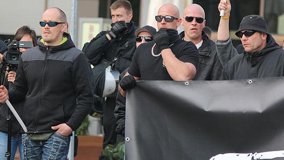 Bremer Nazis in Magdeburg (April 2016): Frank Lohmann (mit Fahne), Markus Mannshusen (2. von rechts), Simon Kollmann (ganz rechts)