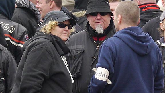 Das Ehepaar Jagemann bei der HoGeSa-Kundgebung in Hannover (November 2014)