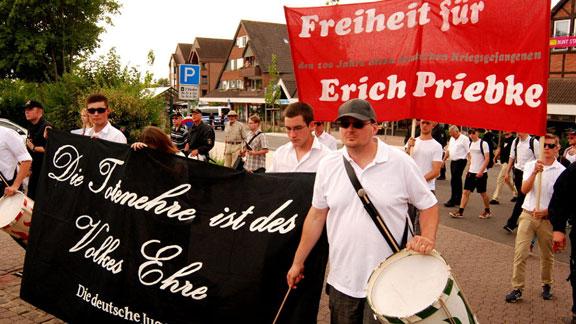 Schau mal her: Die gleiche Person (rechts mit Trommel, auch mit Cappy) 2013 beim Naziaufmarsch in Bad Nenndorf