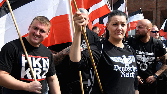 Lokale Nazis in Dortmund (April 2018), von links nach rechts: Kevin Bliefernich mit Hakenkreuz-Anspielung, im Hintergrund Björn Bade, unbekannte Frau (wer bin ich?) und Chris Schmiedicke mit Reichsadler