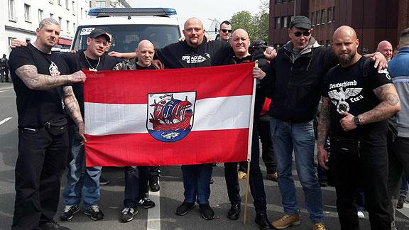 Mit Bremerhavenflagge (falsch herum gehalten) beim Nazi-Aufmarsch in Dortmund (April 2018), von links nach rechts: Björn Bade, unbekannt, unbekannt, Alexander von Malek, Andreas von Scheidt, Andreas Heyen, Chris Schmiedicke (alle aus Bremerhaven)