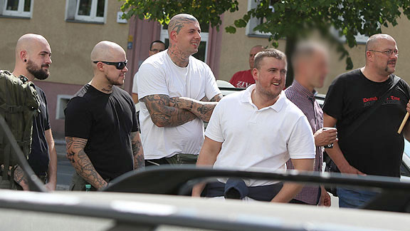 Beim Rudolf Hess-Marsch in Berlin (August 2018), von links nach rechts: Danny Weichert, unbekannt, Björn Bade, Kevin Bliefernich, Alexander von Malek