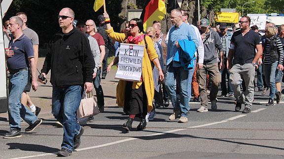 Links in schwarzer Jacke, mit Funkgerät: Wigand Klepp aus Ganderkesee