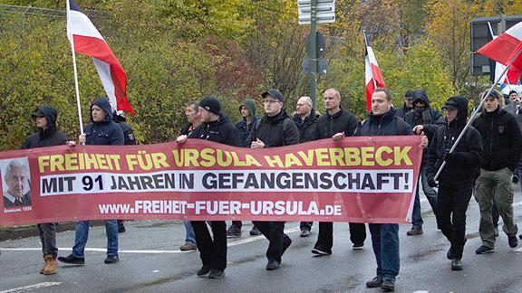 """Teile der Gruppe von """"Die Rechte"""" aus Verden/Bremen. Mit Wollmütze hinterm Plastikfetzen: Der Verdener Jan Engelke"""